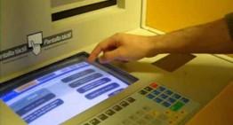 Detinguda per treure diners amb documents robats