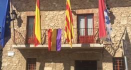 L'Ajuntament penja la bandera republicana pel 85è aniversari de la 2a República Espanyola