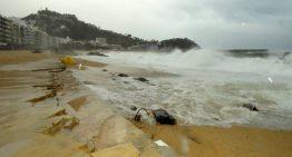 El mar inunda i destrossa el litoral