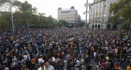 Diversos palafollencs assisteixen a la manifestació en suport dels líders d'ANC i Òmnium