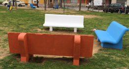 L'Ajuntament repinta de colors els bancs de pedra de Palafolls