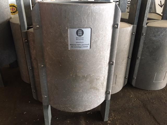 Palafolls instal·la les primeres papereres fetes de plàstic reciclat