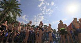 Centenars de nedadors omplen el litoral de Blanes aquest diumenge