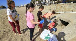 Escolars i navegants recullen 128 quilos de resides a la platja central i al mar de Blanes