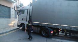 Un camió no respecta els senyals i queda bloquejat al centre de Palafolls