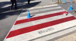 Repinten de vermell i blanc els passos de vianants de la zona escolar