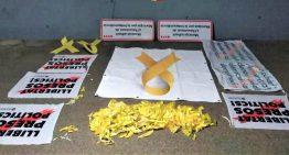 Un grup antiindependentista arrenca el llaç groc de la façana de l'Ajuntament de Palafolls