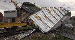 Una estructura metàl·lica cau a les vies a Malgrat i talla circulació de trens de Rodalies