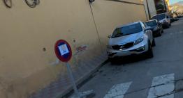 Una 50a de veïns del carrer Montseny s'oposen al canvi de sentit de circulació i al desplaçament de contenidors