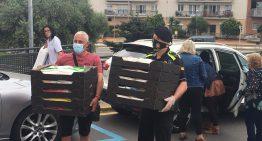 Es lliuren a l'Hospital de Calella un miler de barrets pintats per infants de Palafolls