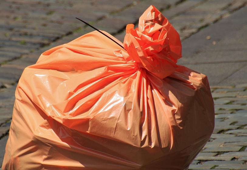 L'Ajuntament varia l'horari per llençar les escombraries