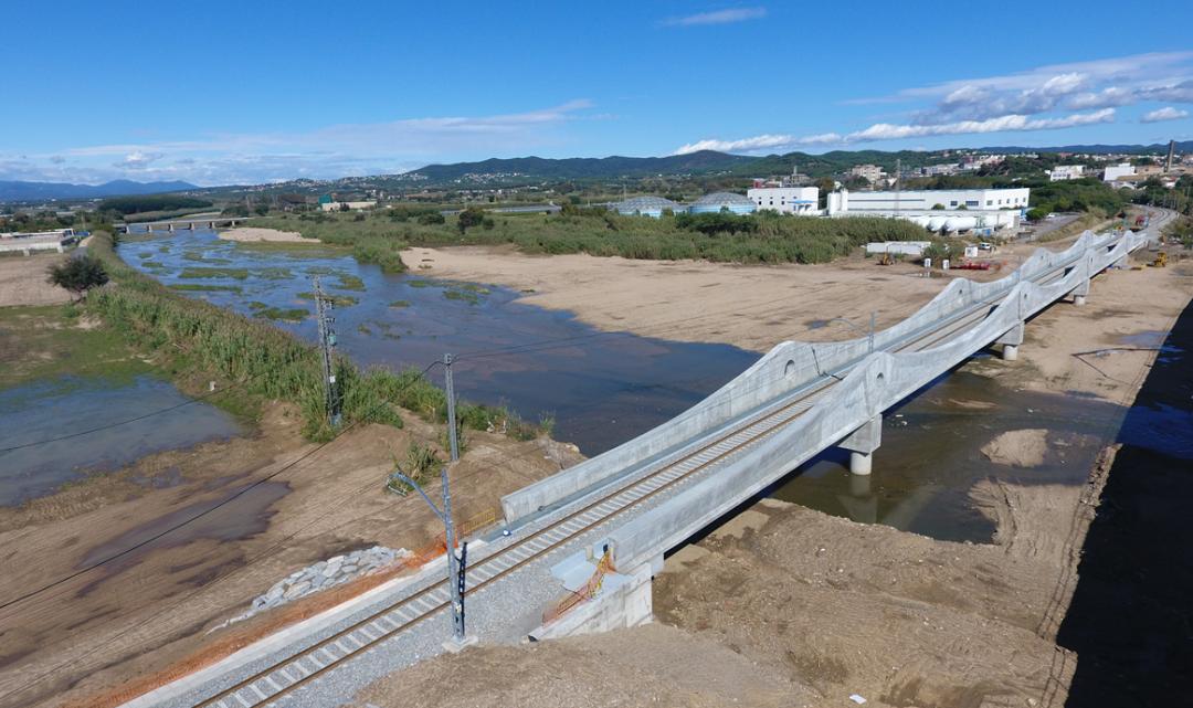 Adif dona per acabades les obres al pont ferroviari sobre la Tordera