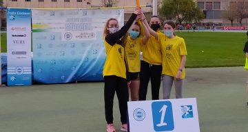 Les atletes palafollenques de l'equip 4×200 metres, campiones a Sabadell