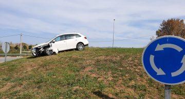 Una distracció deixa un cotxe sobre la rotonda d'accés a Palafolls pel pont de la Tordera