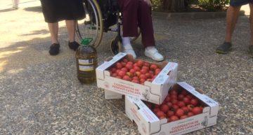 La cooperativa Conca de la Tordera fa entrega de tomacons i oli al Geriàtric Palafolls