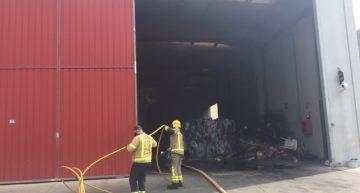Un incendi sense ferits crema part del material d'una nau del polígon de Can Baltasar