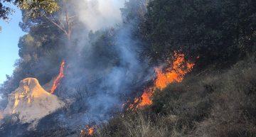 Segon incendi en pocs dies al camí que voreja el barri de Sant Lluís