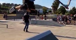 Desenes d'infants i joves participen de la reobertura del renovat skate park, que ja s'ha obert oficialment